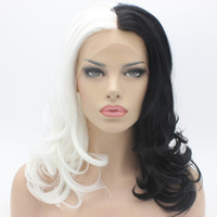 siyah beyaz karışık peruk toptan satış-Iwona Saç Dalgalı Omuz Uzunluğu Yarım Siyah Yarım Beyaz Mix Peruk 19 # 1/1001 Yarım El Bağladı Isıya Dayanıklı Sentetik Dantel Ön Peruk