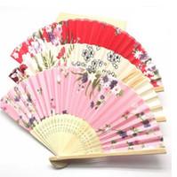 fã de tecido chinês venda por atacado-Ventilador de Tecido de Estilo Chinês clássico Ventilador De Seda Dobrável de Bambu Ventiladores de Mão Favores Do Partido de Aniversário de Casamento Presentes
