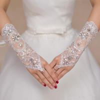 guantes de cristal al por mayor-La novia corto de novia de encaje Guantes baratos boda guantes moldeadas de los cristales Guantes Accesorios novia de encaje para las novias sin dedos debajo del codo Longitud