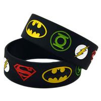 superman silicone venda por atacado-Atacado 50 Pçs / lote 1 Polegada Ampla Liga da Justiça Superman Batman Lanterna Verde O flash de Silicone Pulseira Pulseira