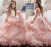 diseñadores de vestidos de novia de color rosa al por mayor-Blush Pink Girls Vestidos de desfile 2018 Vestidos de baile en cascada de volantes Diseñador exclusivo Niño Glitz Vestidos para niñas de flores para bodas MC1290