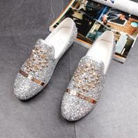 vestido de diamante de zapatos al por mayor-Nuevos zapatos de cuero planos de espuelas de diente de león Zapatos de moda de mocasines de hombre de diamantes de imitación Zapatos de hombre zapatos de punta casual de diamante en punta