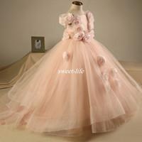vestido de niña tutu hecho a mano al por mayor-Blush Pink Wedding Flower Girl Vestidos Puffy Tutu Niños Vestidos de bola Vestidos longitud del piso Vestidos Para Niñas Flores hechas a mano Bateau Neck 2017