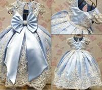 mavi güzel gelinlik toptan satış-2018 Yeni Varış Açık Mavi Çiçek Kız Elbise Düğün İçin Güzel İlk Communion Abiye Dantel Nakış ile Büyük Yay Şerit Pageant giyim