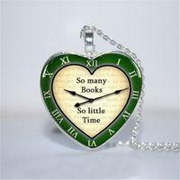 calendario al por mayor-10pcs / lot tantos libros tan poco tiempo colgante verde, amante del libro, bibliotecario collar de vidrio foto cabujón collar