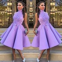 vestidos de dama de honor purpúreos claros cortos al por mayor-Luz púrpura sin mangas vestidos de dama de honor cortos de encaje Appliques alto cuello satinado rodilla vestidos de dama de honor para la boda formal vestido de fiesta