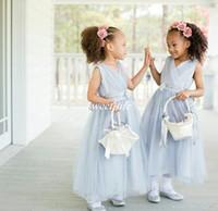 baby blue junior vestidos de dama de honor al por mayor-Vestidos de niña de las flores de la boda azul claro Hasta el tobillo Faja de tul Cuello en V 2020 Vestido de dama de honor junior por encargo barato Vestidos de fiesta para bebés y niños