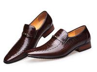 zapatos de vestir altos de color marrón de los hombres al por mayor-Estilo caliente moda hombres formales / vestido de cuero genuino comercial tallada de negocios transpirable Slip-on Brown alta calidad zapatos de fiesta de bodas