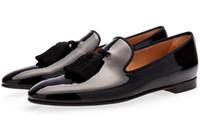nuevo estilo de vestidos de novia de oro al por mayor-Diseñador Nuevo zapato de gamuza de oro para hombre con borla Zapatos de vestir para hombre de fiesta y de boda Mocasines de estilo británico Zapatos de moda para hombre