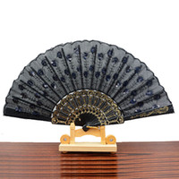 ingrosso fan delle piume nere-Stili tradizionali cinesi Fan di stoffa Piuma di pavone Ricamo a due lacci Design Nero Pieghevole a mano in plastica a ventaglio Consegna casuale