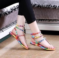 Sandalias para mujeres Multi Layers Strappy Spikes Remaches Espárragos Thong Clip Toe tobillo Correa Sandalias planas Rainbow Striped Color mezclado
