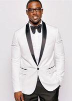 chaquetas formales negras para hombre al por mayor-Preciosa chaqueta de esmoquin blanca a medida para 2018 Traje de solapa de mantón negro BANDAS PARA BODAS PARA HOMBRES Ropa formal de negocios (chaqueta + pantalón)