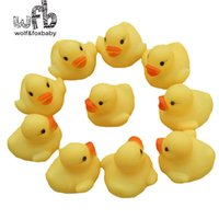 Vente en gros - Wholesales 100pcs / lot 4x4cm Cute Baby Girl Boy Bath Bathing Classic Toys Rubber Race Squeaky Ducks Yellow Sale