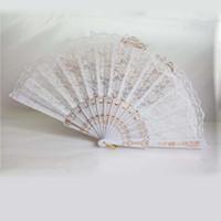 düğün için dantel el fanlar toptan satış-50 Adet Beyaz Dantel Düğün Fanı Favor, Bayanlar El Fan, Plastik Saplı Dantel, Çin / İspanyol Dans Fan, Düğün Parti Lehine Yetişkin