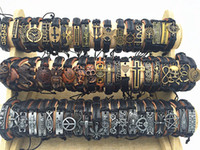 armbänder charme großhandel-Band-neues Weinlese-Leder-Mens-Frauen-Surfer-Armband-Stulpe-Armband 50pcs Los mischte Art-Retro- Schmuck-Charme-Armband