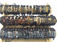 bracelets charmes achat en gros de-Bande New Vintage Cuir Hommes Femmes Surfer Bracelet Bracelet Manchette Bracelet 50pcs beaucoup Style Mixte Retro Bijoux Bracelet à Breloques