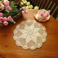 crochê de mesa artesanal venda por atacado-Atacado-yazi 4PCS artesanal de algodão oco Floral Coasters rodada Doily Cup Pads Crochet Table Mat Doilies Placemat 20cm 26cm