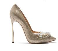 gelinler beyaz pompa düğün ayakkabısı toptan satış-Kadınlar glitter düğün pompaları ile süslenmiş inciler gelin bıçak topuklu 12 cm metal topuklu sivri burun parti elbise ayakkabı beyaz altın