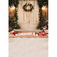 açık hava noel fotoğrafı arka plan toptan satış-Açık Ev Noel Ağacı Fotoğraf Backdrop Beyaz Ahşap Kapı Merdiven Üzerinde Çelenk Hediye Kutuları Çocuk Çocuklar Kış Kar Fotoğraf Arka Plan