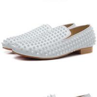 zapatos de vestir oxford para mujer al por mayor-Remaches blancos con punta de cuero blanco para hombre para mujer Red Bottom Flat Shoes, diseñador marca Holgazanes de vestido de boda, zapatos de negocios Oxfords para hombres
