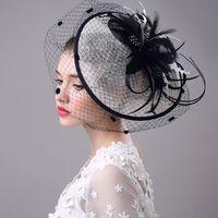 белая шляпа свадебное перо оптовых-Свадебная фата аксессуары Перья шляпа клип аксессуары для рождественской вечеринки свадебные платья одежда для волос элегантный благородный преувеличение белый