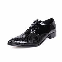 siyah sülükler dantel toptan satış-Yeni 2017 Siyah Sivri Burun Erkek Rugan Ayakkabı Yılan Desen Sapato Masculino Lace Up Düğün Ayakkabı Artı Boyutu Creepers