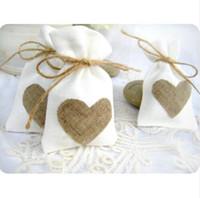 koşu poşetleri çantaları ücretsiz gönderim toptan satış-Ücretsiz Kargo Çuval Kalp Favor Çanta Trendy Beyaz Doğal Keten İpli Düğün Hediyelik Çanta Takı Çantası 50 adet