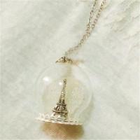 eiffel colares venda por atacado-8pcs Torre Eiffel Colar Globo de vidro - Winter. Mágico Terrário Snowglobe Snow Globe