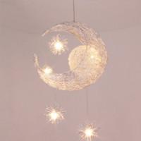 araña niños al por mayor-Moderno LED Moon Star Niños Niño Niño Dormitorio Lámpara colgante Lámpara de techo Luz de techo Lámpara colgante de aluminio con 5 piezas G4 Bombillas