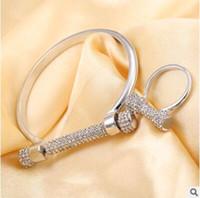 buenos anillos de diamantes al por mayor-Lleno de diamantes letra D pulsera brazalete anillos herradura tornillo buena calidad pulseras un color envío gratis