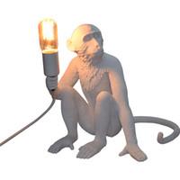 lampe de table moderne en résine achat en gros de-Nouveau singe assis lampe de bureau blanc résine moderne lampe de table, y compris la table LED pour chambre à coucher salle d'étude Home Decor hôtel