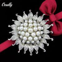 perle cluster strass brosche großhandel-Vintage Elegant Versilbert Strass Kristall Weiße Perle Cluster Blume Braut Brosche Schmuck für Frauen Party Bouquet
