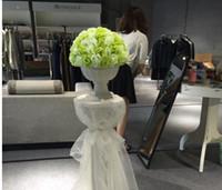 12 inç çiçek topları toptan satış-Yeni Tasarım 12 Inç Öpüşme Topu Düğün İpek Pomander Çiçek Topu Düğün Bahçe Pazarı Dekorasyon için Yapay Çiçek Süslemeleri