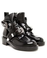 recortes de sapatos venda por atacado-2017 Mulheres Negras Sapatos de Couro Genuíno Tornozelo Botas de Motociclista Montar Gladiador Bootie Flats Recorte Quadrado de Salto Fivela de Inicialização Mujer Sapatos