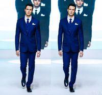 esmoquin de novio azul real al por mayor-Royal Blue Two Button Groom Tuxedos Muesca de tela Solapa Vestido de boda formal Groomsman Suit for Men (Chaqueta + Pantalones + Chaleco + Corbata)