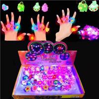işıklı ekran kutuları led toptan satış-Karikatür Yanıp Sönen Yüzükler Ekran Kutusu ile 50 adet Yanıp Sönen LED Işık Glow yüzük oyuncak çocuk Parti Noel Cadılar Bayramı Için hediye