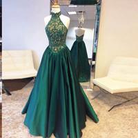 göttin kleid grün großhandel-Göttin Stehkragen dunkelgrün Prom Kleider Spitze oben und Satin niedriger A-Linie lange Abendkleider Reißverschluss rückenfreie Rüsche