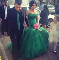vestidos de novia verdes únicos al por mayor-Vestidos de boda únicos de la sirena del verde esmeralda 2017 nuevos vestidos de boda sin respaldo del vestido de novia del tren de la capilla del amor del top de Tulle del estilo