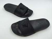 ingrosso sandali neri caldi-Vendita calda marca uomo Beach Slide sandali firmati Medusa Scuffs 2018 Pantofole outdoor Mens nero Moda slip-on sandali firmati taglia 7-11
