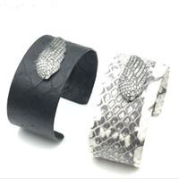 fisch armband china großhandel-Schwarz weiß Neueste Mode Schlangenhaut Armbänder für Frauen 30 cm Stulpearmbänder mit Strass Fisch Marke Unisex Schmuck