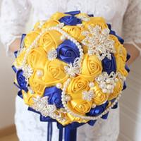 ingrosso spille fiore gialle-Giallo Blu Royal Wedding Flowers Bouquet Da Sposa Artificiale Con Mazzi Di Cristallo Da Sposa Damigella D'onore Raso Artificiale Rose Spilla Sposa