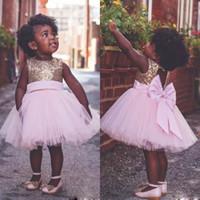 kız diz uzunluğu pembe elbiseler toptan satış-Diz Boyu Pembe Çiçek Kız Elbise Düğün İçin Aç Geri Büyük Yay küçük kızlar pageant elbise Payetli Üst Tül İlk Communion Elbise