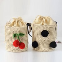 Wholesale-Cherry Hairball Coréenne Sweet Ladies Shoulder Straw Bag Femme Drawstring Bucket Bag Barrel en forme d'embrayage sac à main Sea Beach Bag