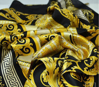 foulards pour homme en gros achat en gros de-Gros-le célèbre style 100% soie foulards de femme et d'hommes couleur unie or noir cou impression douce mode châle femmes soie foulard carré