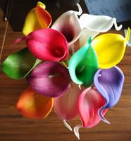 ingrosso fiore bianco mini calla giglio-Calla Lily Simulazione Flower Pu Feel Mini singolo colorato viola rosso bianco falso bouquet per la decorazione nuziale da sposa 1 2br R