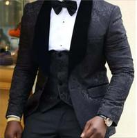 formale schals kleiden jacken großhandel-Schwarz Embrodiery Bräutigam Smoking-Schal-Revers-Weiß Der beste Mann-Hochzeit Anzüge Kleider Blazer der Männer Anzüge Dinner Formal Tux (Jacket + Pants + Vest)