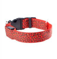ingrosso cani leggeri-La luce del LED che emette il collare del leopardo dell'animale domestico allinea il commercio all'ingrosso diretto all'ingrosso della fabbrica del collare di cane fluorescente