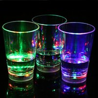 vasos de chupito de plástico al por mayor-Agua Activado Cambio de color Luz de flash LED Luz parpadeando Rocas Plástico Barware Lámpara Vino Whisky Shot Glass Cup Para Bar Club