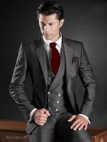 ingrosso il colore più adatto per gli uomini scuri-Nuovo design a due bottoni Groomsmen da sposo color grigio scuro Abiti da uomo per uomo Abiti da sposo da uomo (giacca + pantaloni + gilet)