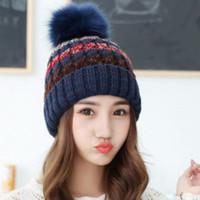 çok renkli örme şapkalar toptan satış-Kadınlar için çok renkli örme şapka kız şapka örme beanies kap Şapka topu kapak kürk pom poms sıcak kış örme şapkalar LA345-2